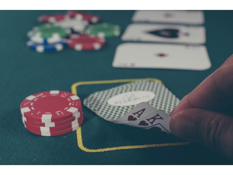 Staying social with online poker | Skrill